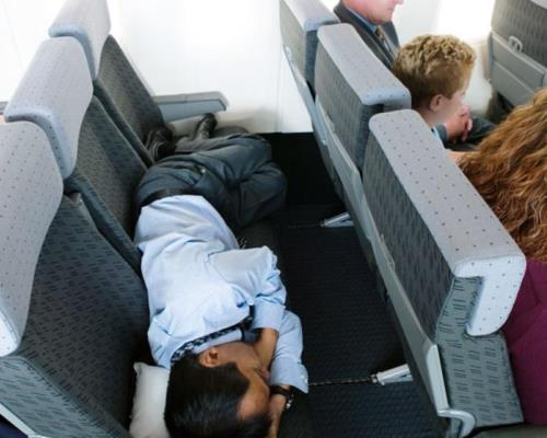 6 советов, как выспаться во время длительного перелёта